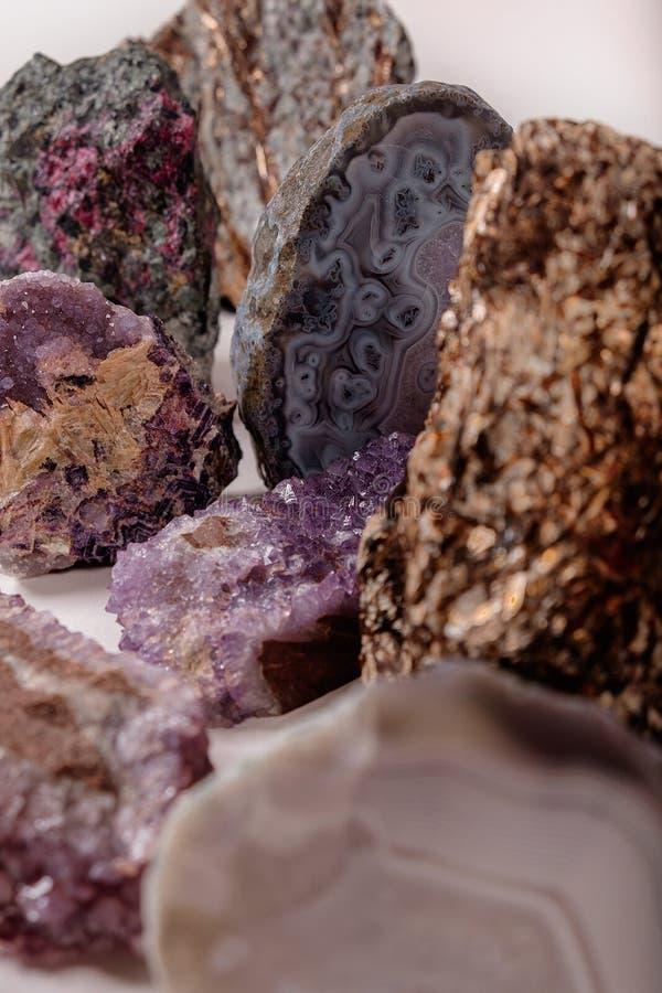 Veel natuursteen Agaatkristallen Verticale samenstelling voor de banner royalty-vrije stock afbeelding