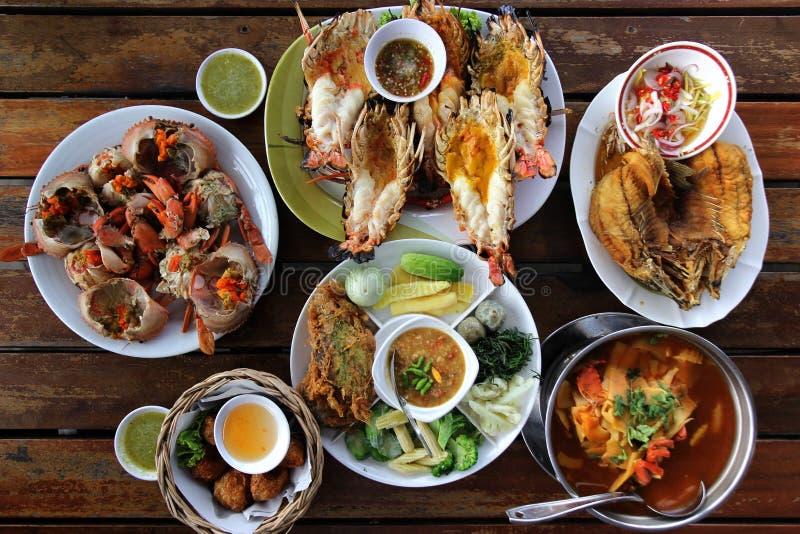 Veel soort overzees voedsel en Thais voedsel op houten lijst stock afbeeldingen
