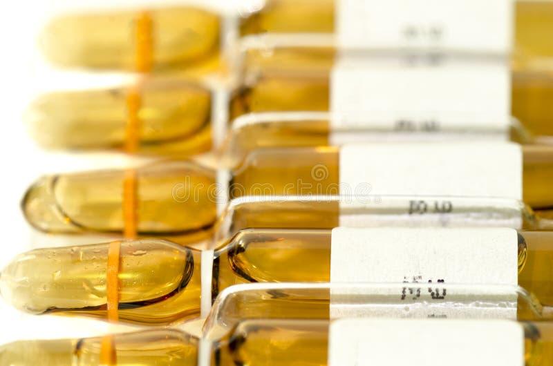 Veel steriel die flesje en ampule met de vorm van de injectiedosering m wordt gevuld stock fotografie