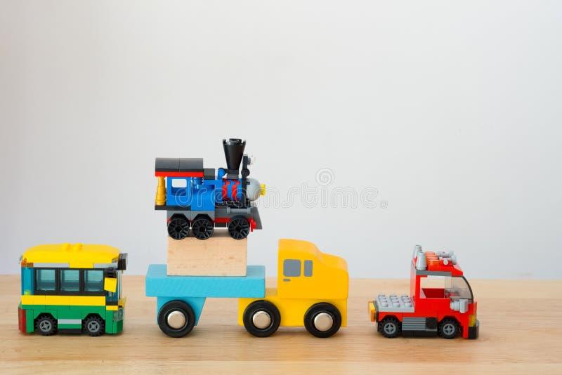 Veel van autostuk speelgoed op houten lijst royalty-vrije stock afbeelding