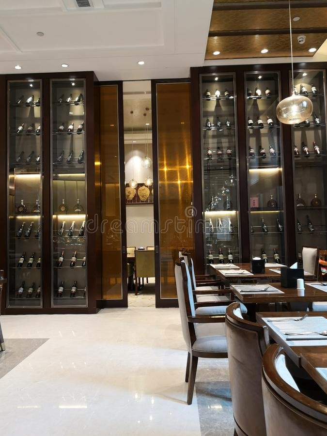 Veel Wijn en zijn kabinet op de dinning ruimte in hotel stock afbeeldingen
