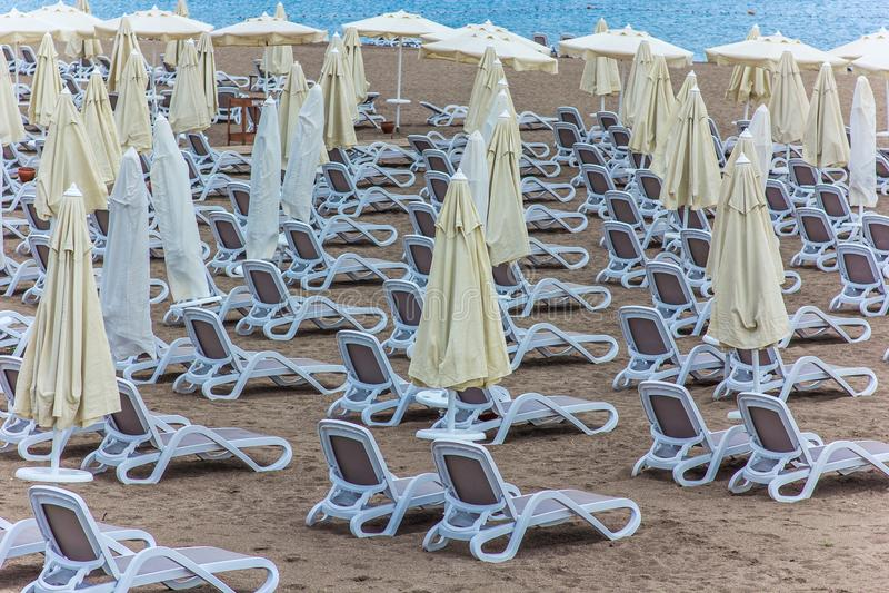 Veel zonlanterfanters op het strand royalty-vrije stock foto
