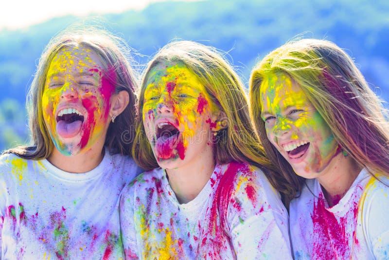 Veelkleurige creatieve samenstelling Kinderen met creatief lichaamsart. de kleurrijke make-up van de neonverf Gelukkige de jeugdp stock afbeelding