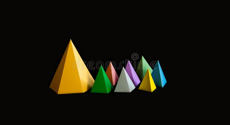 Veelkleurige minimalistic geometrische abstracte achtergrond De heldere cijfers van de de driehoeksvorm van de prismapiramide aan stock foto