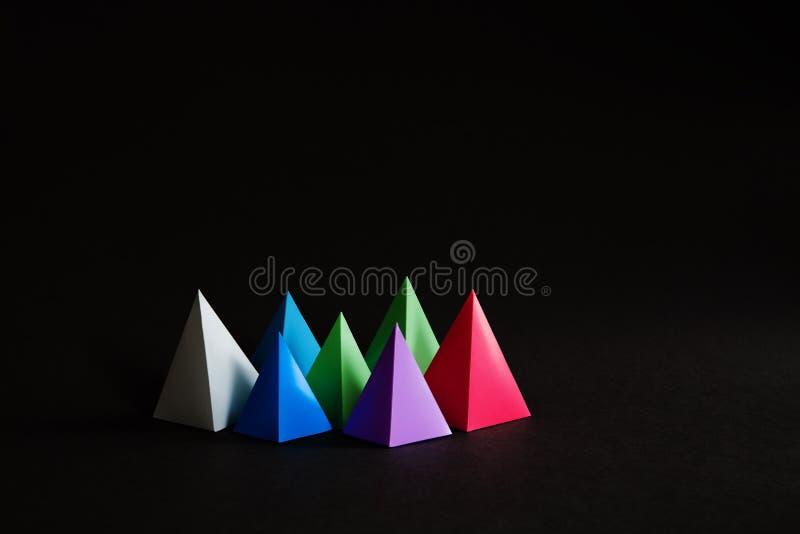 Veelkleurige minimalistic geometrische abstracte achtergrond De heldere cijfers van de de driehoeksvorm van de prismapiramide aan royalty-vrije stock fotografie