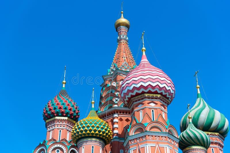 Veelkleurige torens van St de Kathedraal van het Basilicum tegen een blauwe hemel, Rood Vierkant, Moskou, Rusland stock fotografie