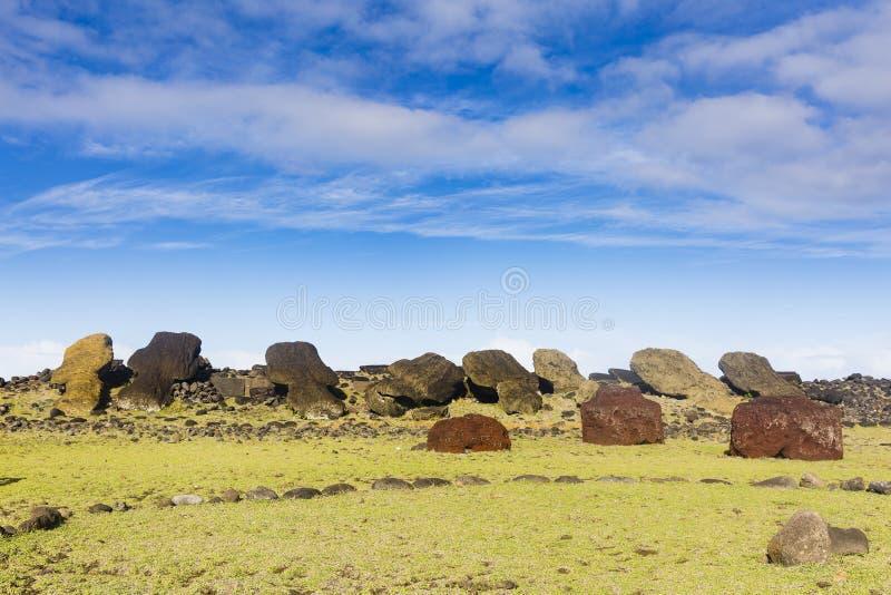 Veelvoud gevallen en gebroken Moai-standbeelden royalty-vrije stock fotografie