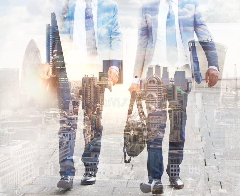 Veelvoudig blootstellingsbeeld van lopende mensen in Londen Bedrijfs conceptenillustratie stock foto