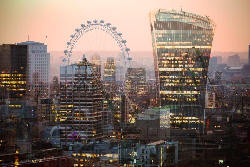 Veelvoudig blootstellingsbeeld van mooie ochtend op de brug van Westminster met onduidelijk beeld van lopende mensen De mening om royalty-vrije stock foto's
