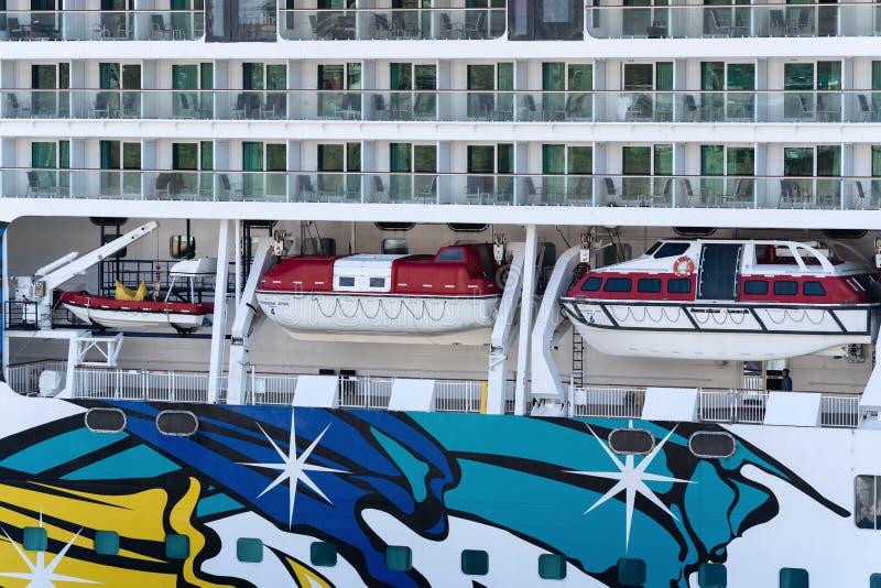 Veelvoudig dek van het Noorse Juweel van de Cruisevoering met reddingsboten aan boord van schip stock afbeelding