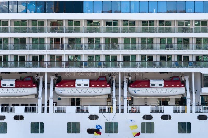 Veelvoudig dek van het Noorse Juweel van de Cruisevoering met reddingsboten aan boord van schip royalty-vrije stock foto