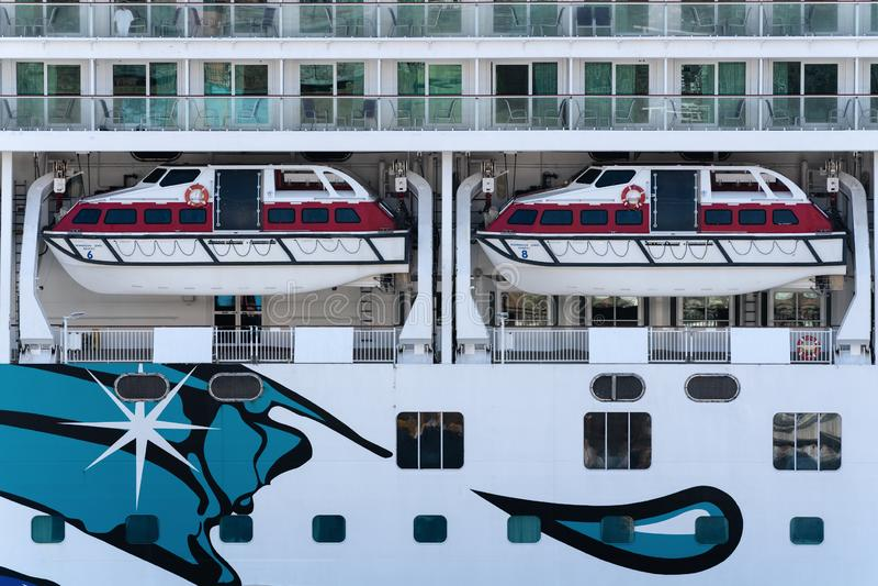 Veelvoudig dek van het Noorse Juweel van de Cruisevoering met reddingsboten aan boord van schip royalty-vrije stock afbeeldingen