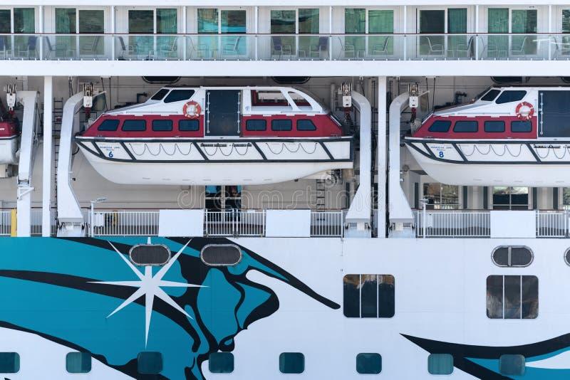 Veelvoudig dek van het Noorse Juweel van de Cruisevoering met reddingsboten aan boord van schip stock fotografie