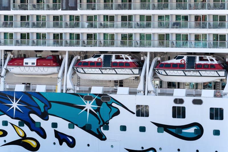 Veelvoudig dek van het Noorse Juweel van de Cruisevoering met reddingsboten aan boord van schip stock afbeeldingen