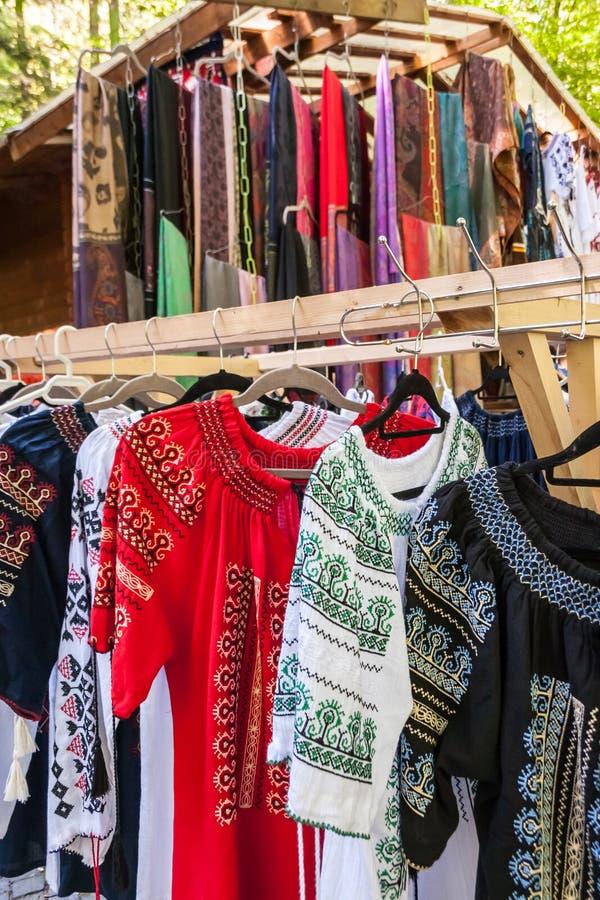 Veelvoudig profiel van Roemeense traditionele kostuums op hangerssho royalty-vrije stock fotografie