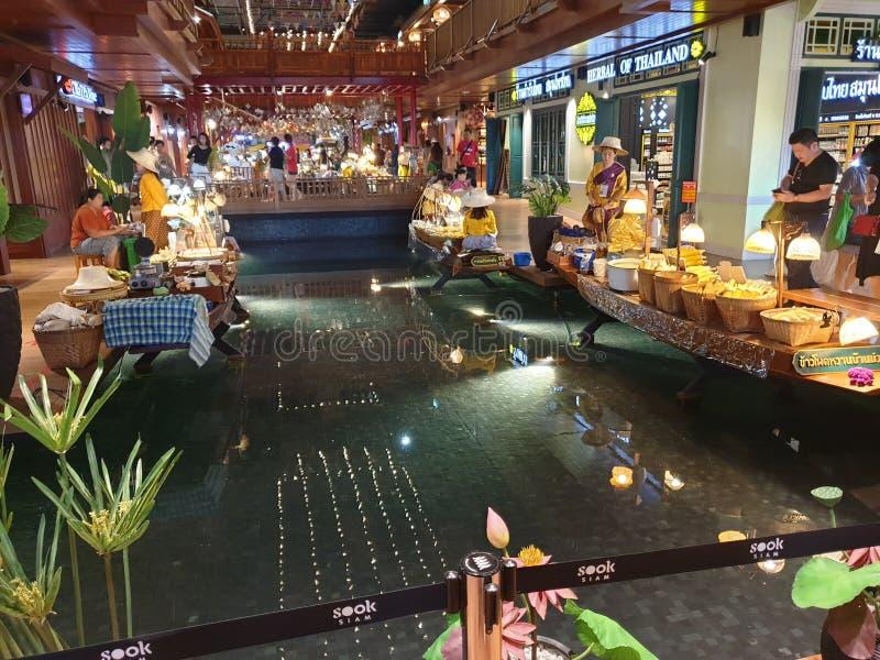 Veelvoudige binnen het watermarkt van het bootvoedsel stolls royalty-vrije stock afbeeldingen