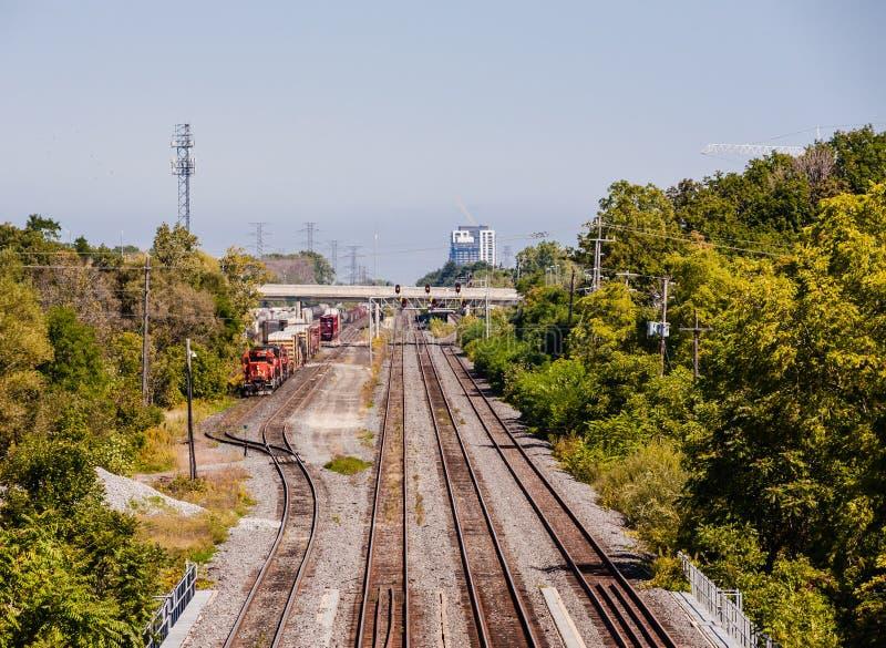 Veelvoudige die spoorwegsporen met trein bij het opruimen in Burlington, Ontario, Canada wordt geparkeerd royalty-vrije stock afbeeldingen
