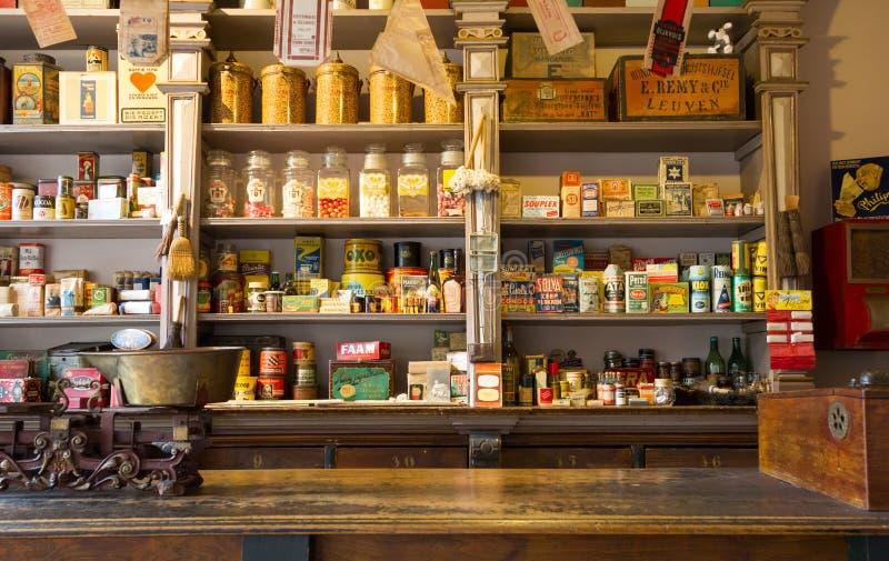 Veendam, os Países Baixos - 25 de abril de 2017: Um fille da loja do vintage fotografia de stock