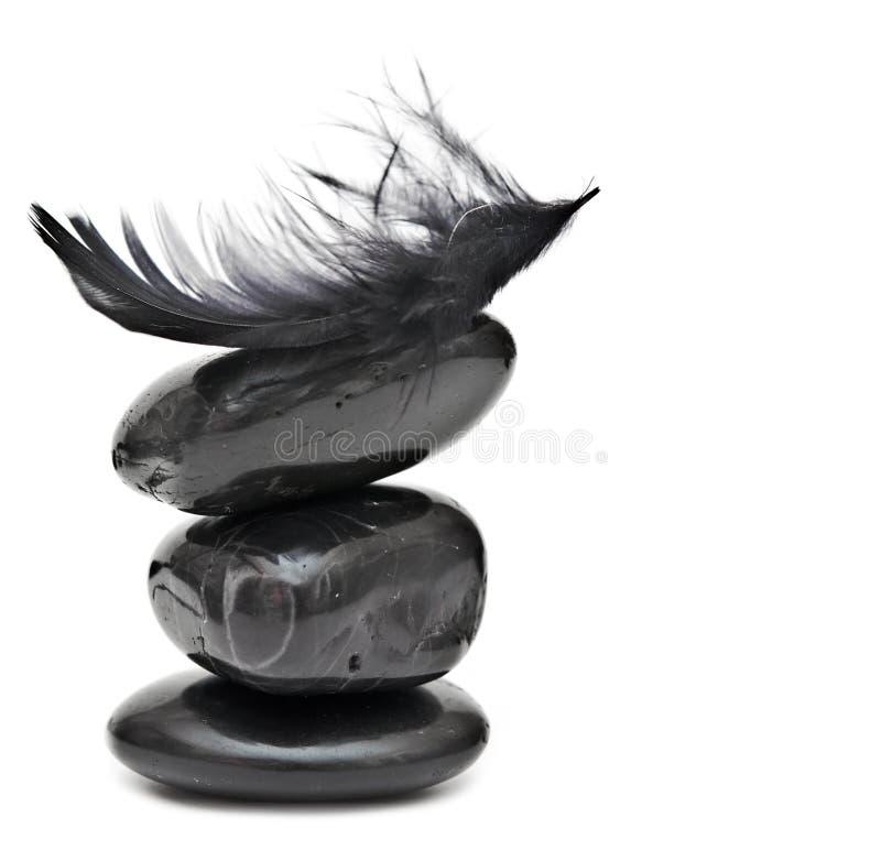 Veer het in evenwicht brengen op stapel zwarte stenen stock afbeeldingen