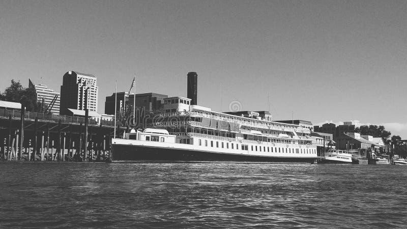 Veerboot bij peir royalty-vrije stock fotografie