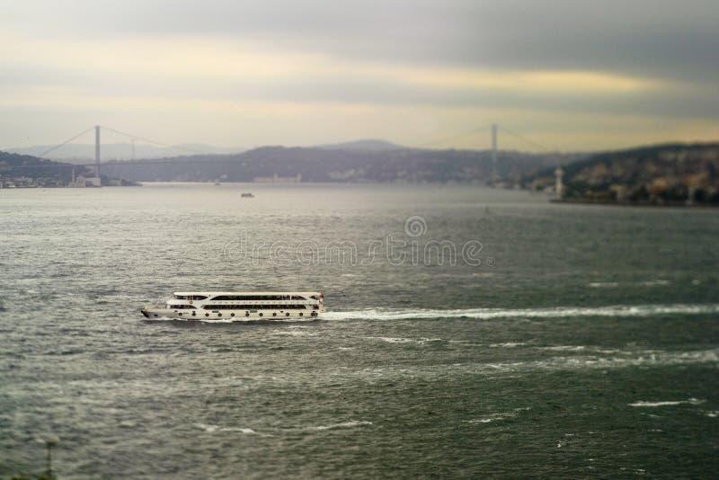 Veerboot in de brug van Bosporus en Bosphorus- stock foto's