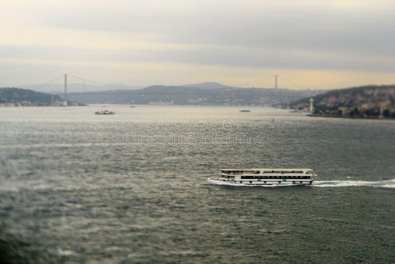 Veerboot in de brug van Bosporus en Bosphorus- stock foto