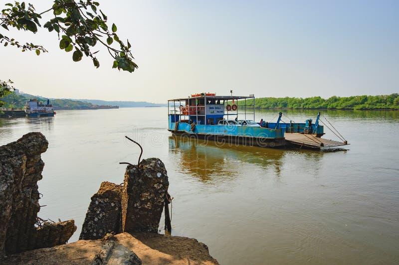 Veerboot die aan Chorao-eiland, Goa, India aankomen stock foto