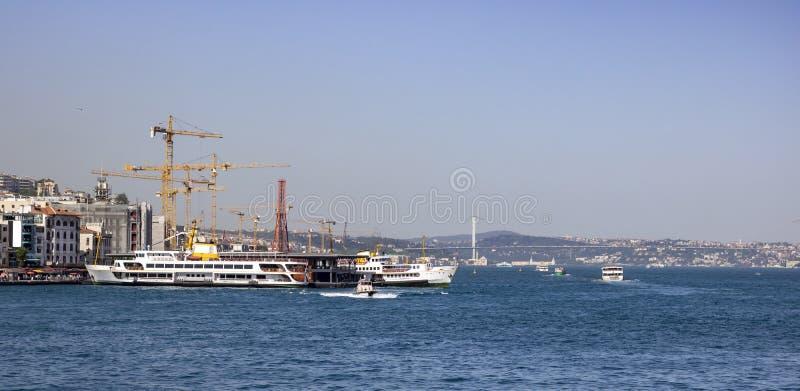 Veerboot die bij de pijler van Karaköy wordt gedokt Achterkant van bouwwerkzaamheid royalty-vrije stock foto
