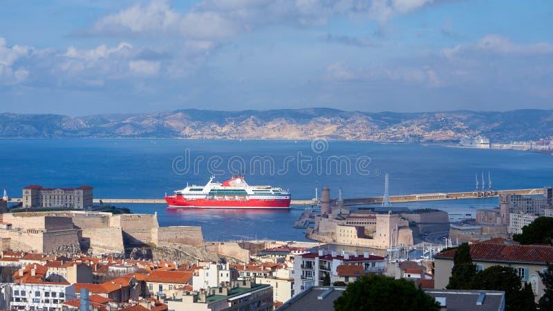 Veerboot die de Oude Haven van Marseille weggaan stock fotografie