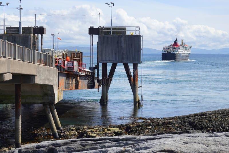 Veerboot die veerbootterminal verlaten stock foto's