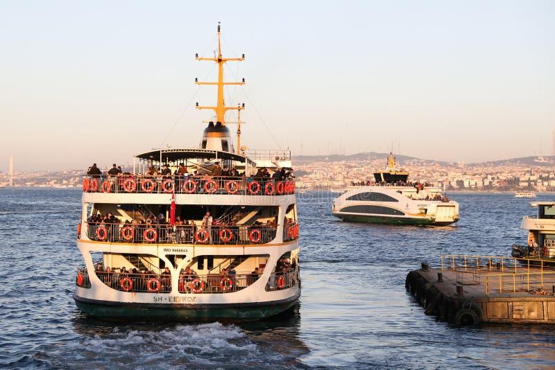 Veerboot in Eminonu-Haven, Istanboel stock foto