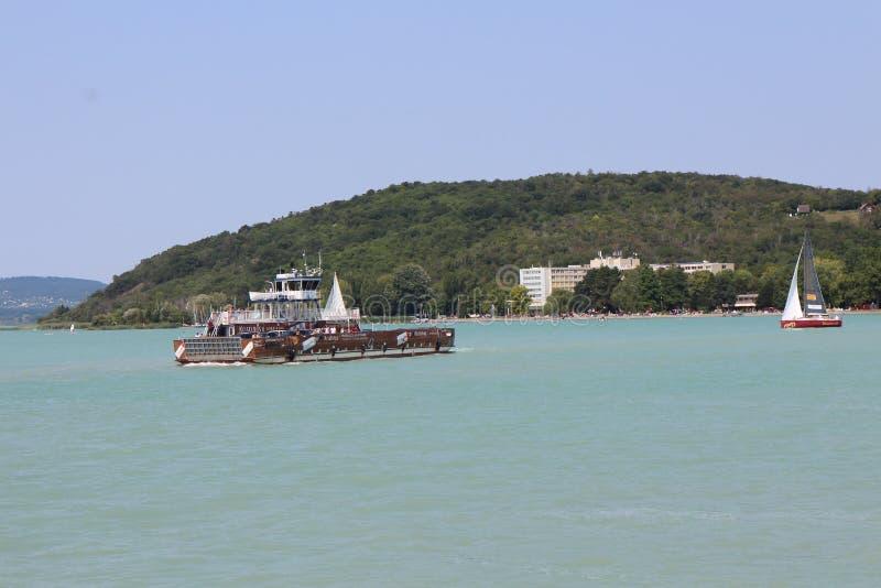 Veerboot en Tihany-schiereiland, meer Balaton stock afbeelding
