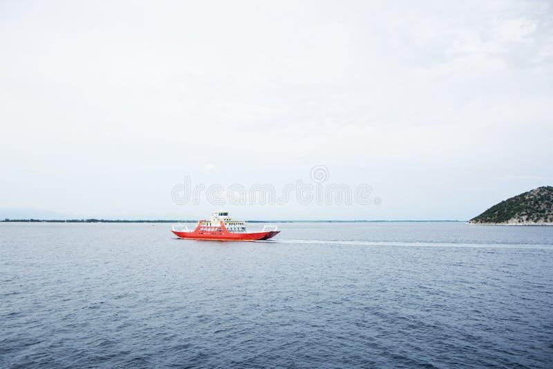 Veerboot in het overzees stock afbeeldingen