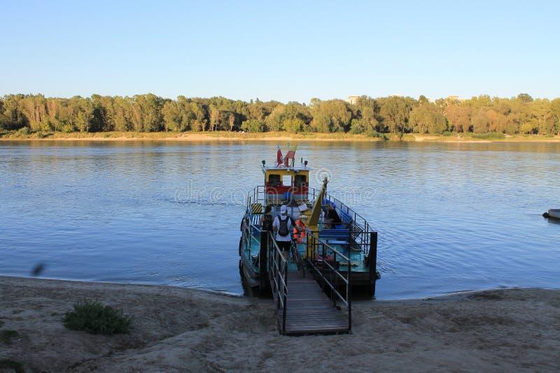 Veerboot kruising de rivier in Warshau royalty-vrije stock fotografie