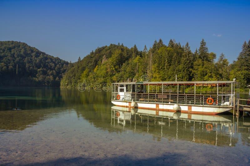 Veerboot kruising op Plitvice-meren Kroatië stock afbeeldingen