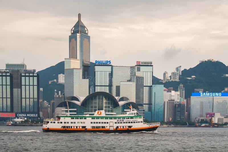Veerboot kruising Victoria Harbor van Tsim Sha Tsui met de financiële het districtshorizon van de binnenstad van Hong KongÂ's op  stock afbeeldingen