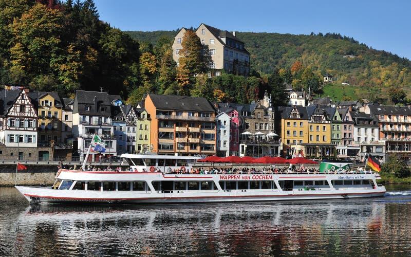 Veerboot met toeristen in stad Cochem in Duitsland royalty-vrije stock afbeelding