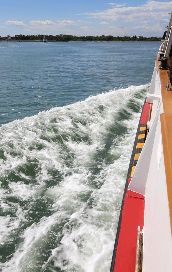Veerboot ook geroepen Vaporetto in Italiaans tijdens royalty-vrije stock foto's
