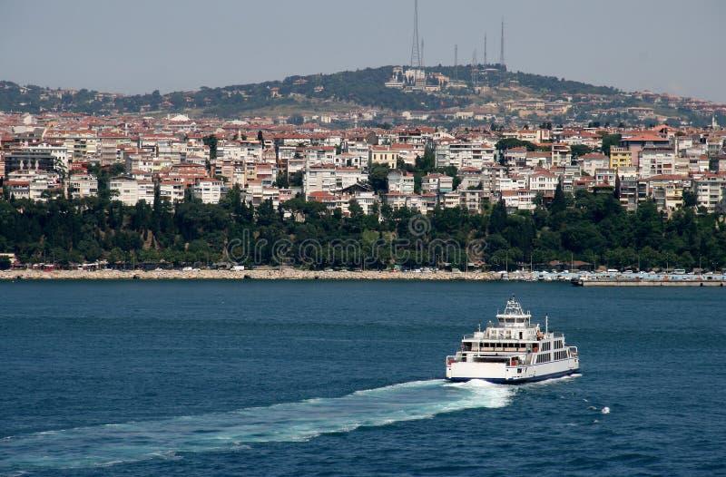 Veerboot op Bosphorus in Istanboel stock foto's