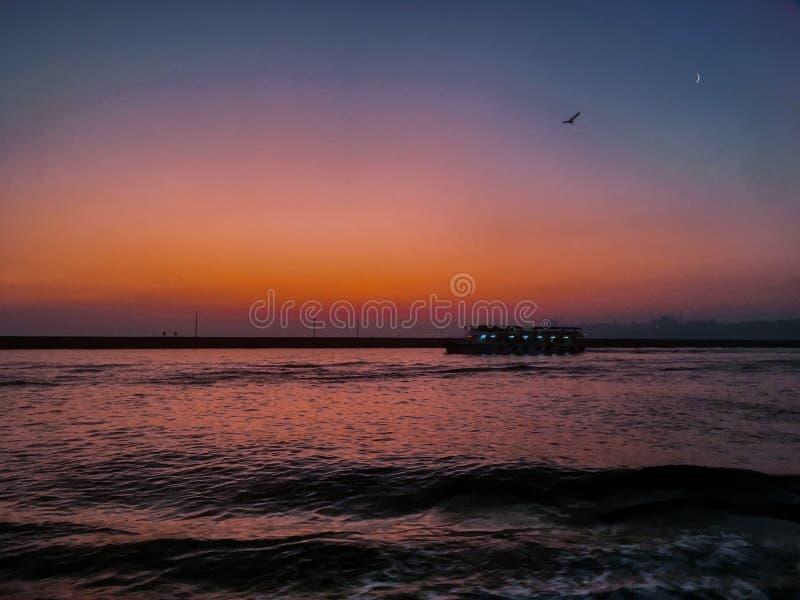 Veerboot op zonsondergangmaan royalty-vrije stock foto