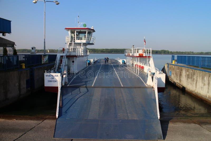 Veerboot tussen Vojka en Kyselica op de rivier van Donau royalty-vrije stock foto's