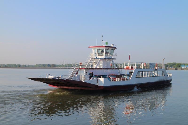 Veerboot tussen Vojka en Kyselica op de rivier van Donau stock foto's