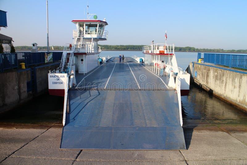 Veerboot tussen Vojka en Kyselica op de rivier van Donau stock afbeeldingen