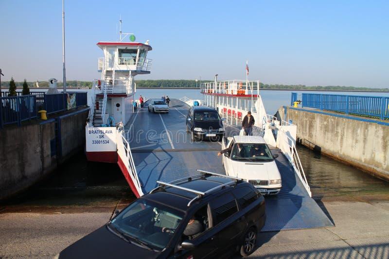 Veerboot tussen Vojka en Kyselica op de rivier van Donau royalty-vrije stock foto