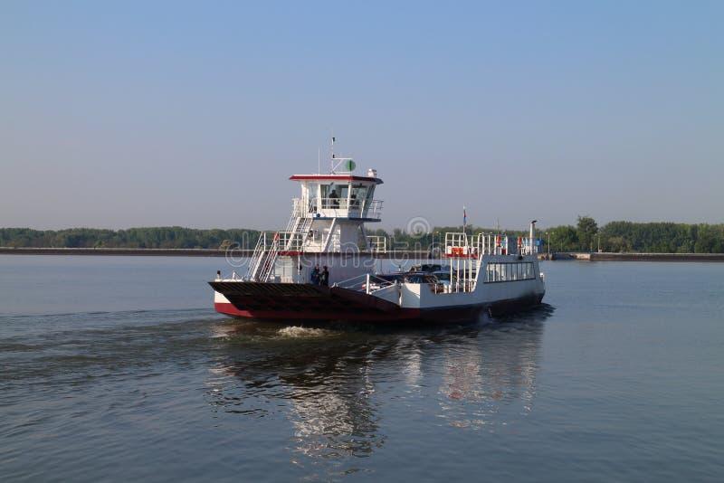 Veerboot tussen Vojka en Kyselica op de rivier van Donau stock foto