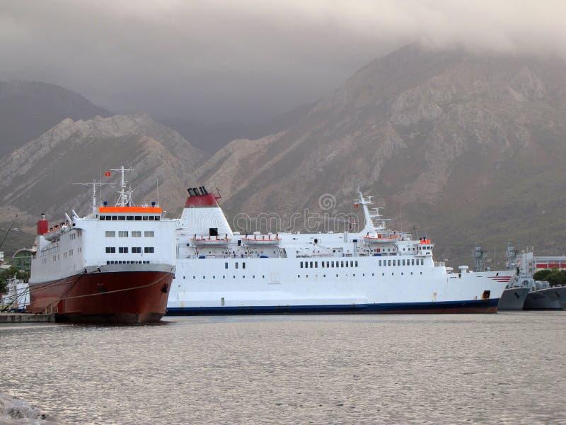 Veerboot twee in de haven van Barstad die wordt vastgelegd stock foto