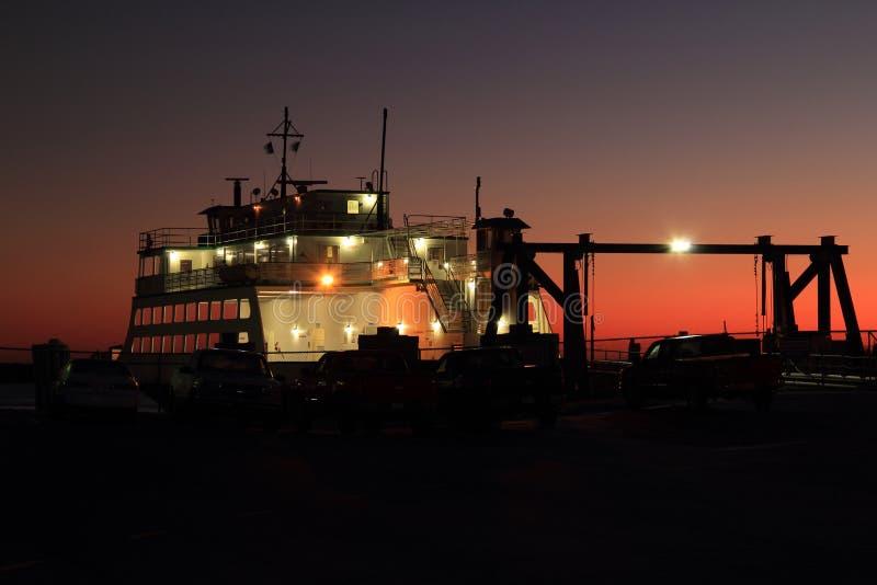 Veerboot in Vroege Ochtend wordt gedokt die royalty-vrije stock fotografie