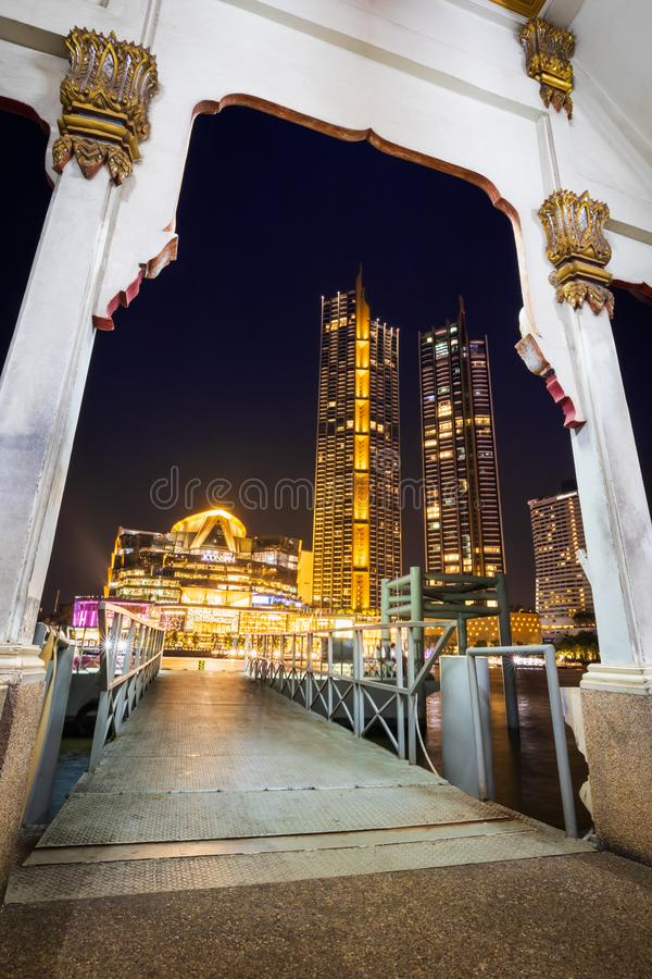 Veerbootpijler van Wat Muang Khae aan ICONSIAM-Winkelcentrum stock foto's