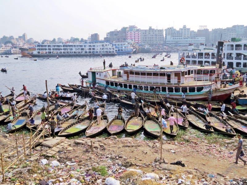 Veerboten bij haven van Dhaka, Buriganga-Rivier, Sadarghat, Dhaka, Bangladesh stock afbeelding