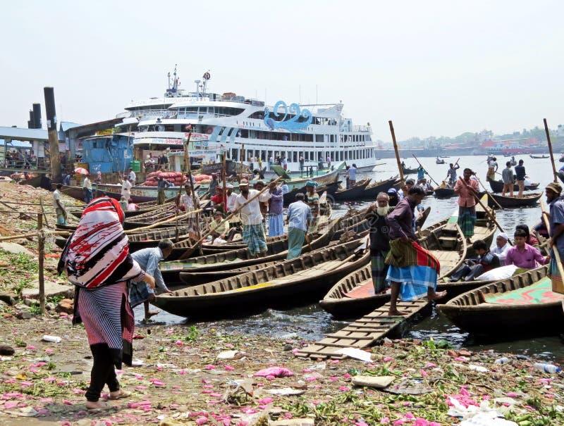 Veerboten bij haven van Dhaka, Buriganga-Rivier, Sadarghat, Dhaka, Bangladesh stock foto's